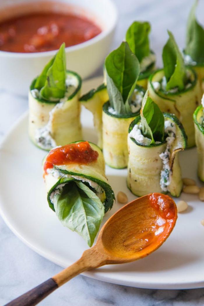 ideas de comidas de verano fáciles y rápidas para conseguir una dieta sana, calabacinos al la parilla llenos de crema de queso y albahacas