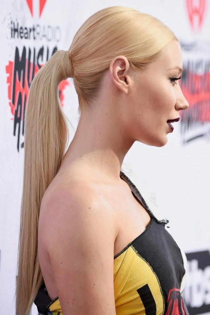 propuestas peinados faciles pelo largo, cabello rubio muy largo alisado recogido en coleta alta