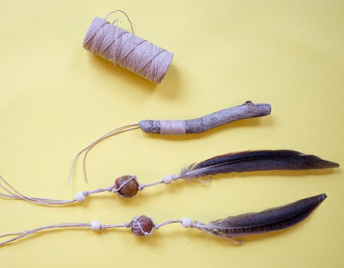 proyectos DIY de encanto, atrapasueños manualidades materirales necesarios, hilo en beige y plumas en negro con cuentas de madera