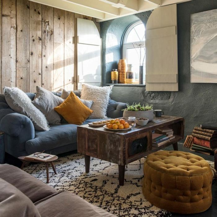 diseño de salones rusticos, decoracion bonita en tonos claros, azul, blanco, gris y mostaza, paredes de madera y alfombra ornamentada