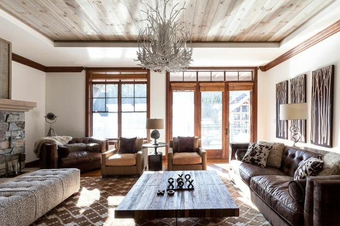 diseño de encanto de un salon en estilo rústico decorado en tonos claros, muebles vintage tapizados de piel y techo de madera, tendencias decoracion salones rústicos