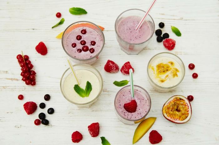 desayuno saludable cocina facil, bebidas refrescantes para el verano, smoothies de diferentes sabores con frutas frescas
