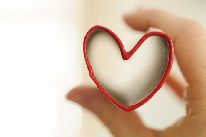 ideas de manualidades con rollos de papel higienico para niños y adultos, sello en forma de corazón con pintura roja