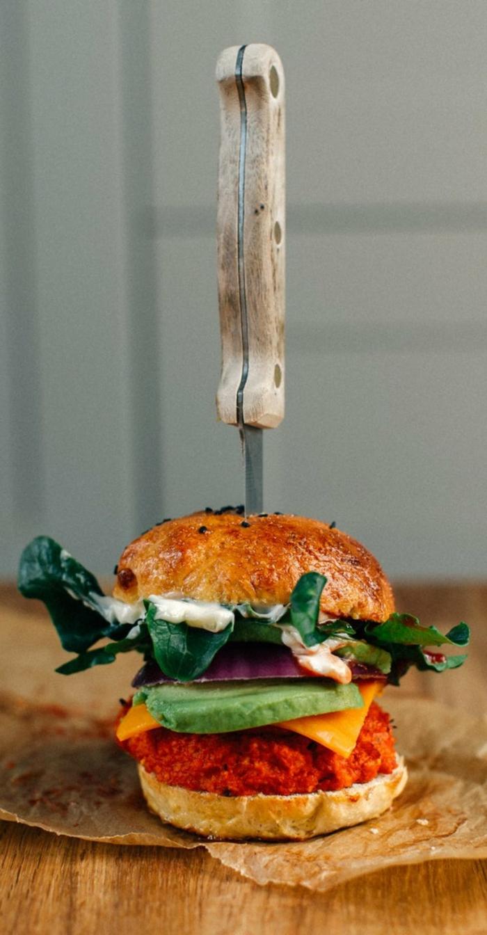 recetas faciles y sanas para almuerzos y cenas, hamburguesa con aguacate, queso, espinacas y salsa de yogur con ajo