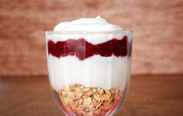 ideas postres comidas rapidas y faciles, postre simple con yougurt, mermelada de fresas y cereales con crema de leche