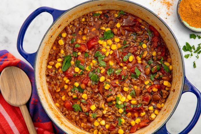 sopa para tacos, ideas de comidas de verano fáciles y rápidas, salsa de tomate, perejil, maiz y carne picada