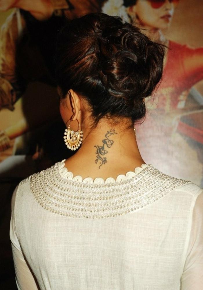 celebridades con tatuajes detras de la oreja y en la nuca, precioso tatuaje con significado en el cuello