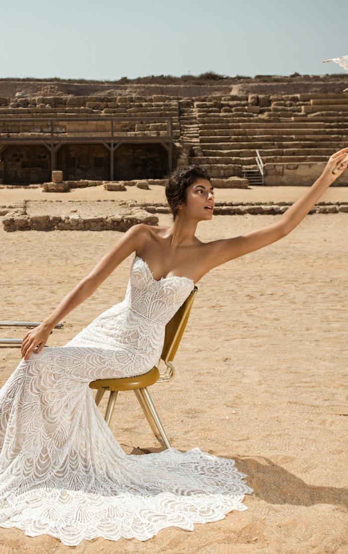 precioso vestido fabricado enteramente de encaje, ideas de vestidos de novia baratos, largo vestido en blanco corte sirena con escote palabra de honor