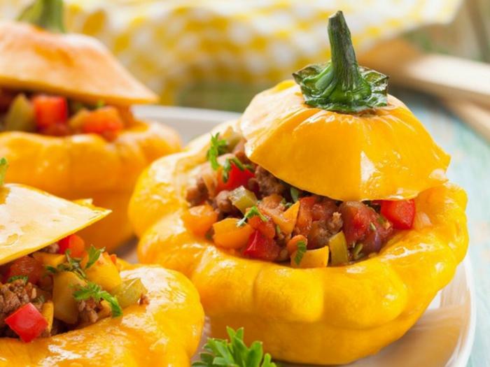 pimientos amarillos rellenos con carne picaso, pimiento rojo y perejil, recetas de cocina saludables y faciles
