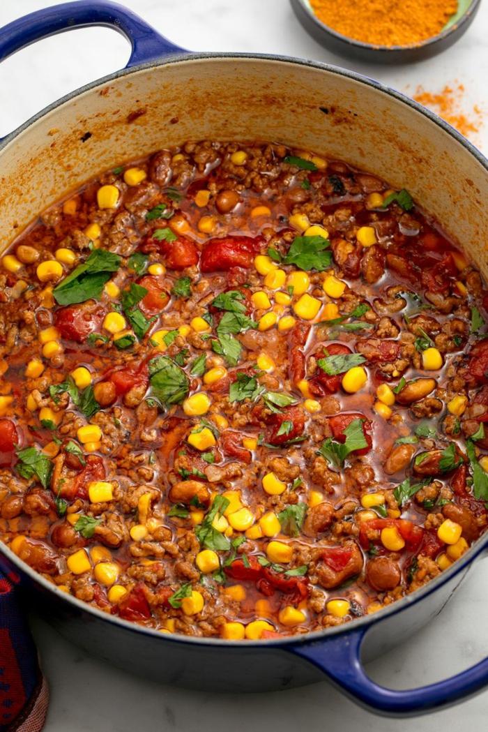 ricas propuestas para hacer en 30 minutos, salsa para tacos con maiz, tomates y carne, comidas de verano fáciles y rápidas