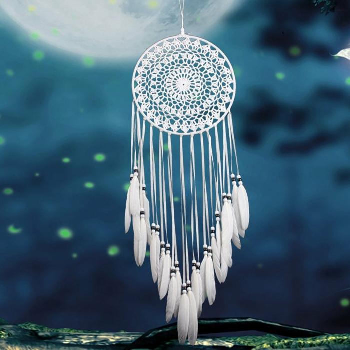 preciosa decoracion atrapasueños manualidades, atrapasueños en blanco a ganchillo con plumas artificiales en blanco