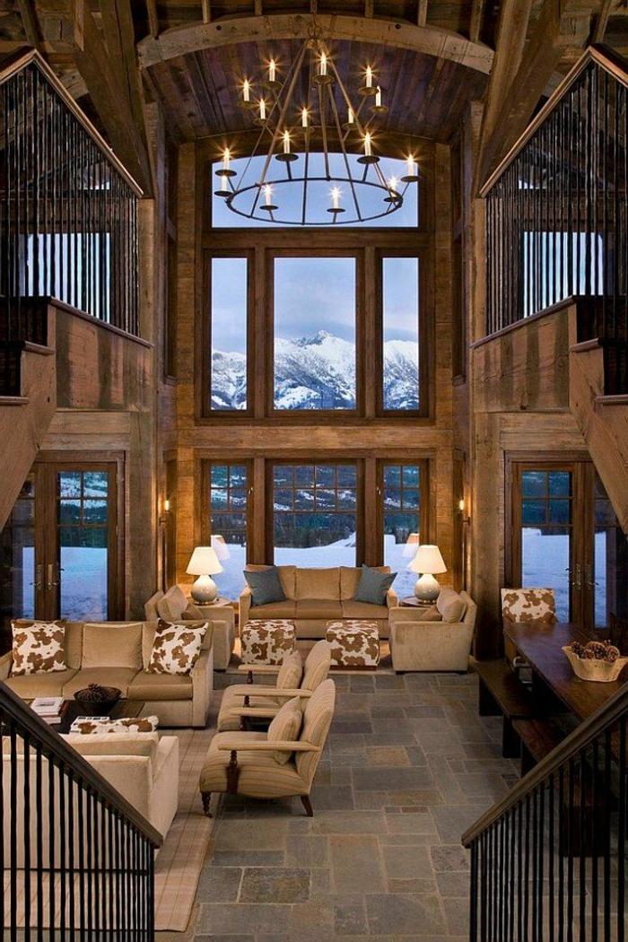salon con techo alto y grandes ventanales y candelabro vintage, salones modernos con chimenea y decoracion rústica