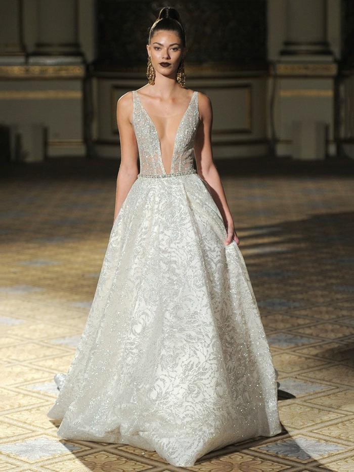 diseños de vestidos de novia princesa, precioso modelo en color plateado con falda amplia ornamentada de flores y escote muy atrevido