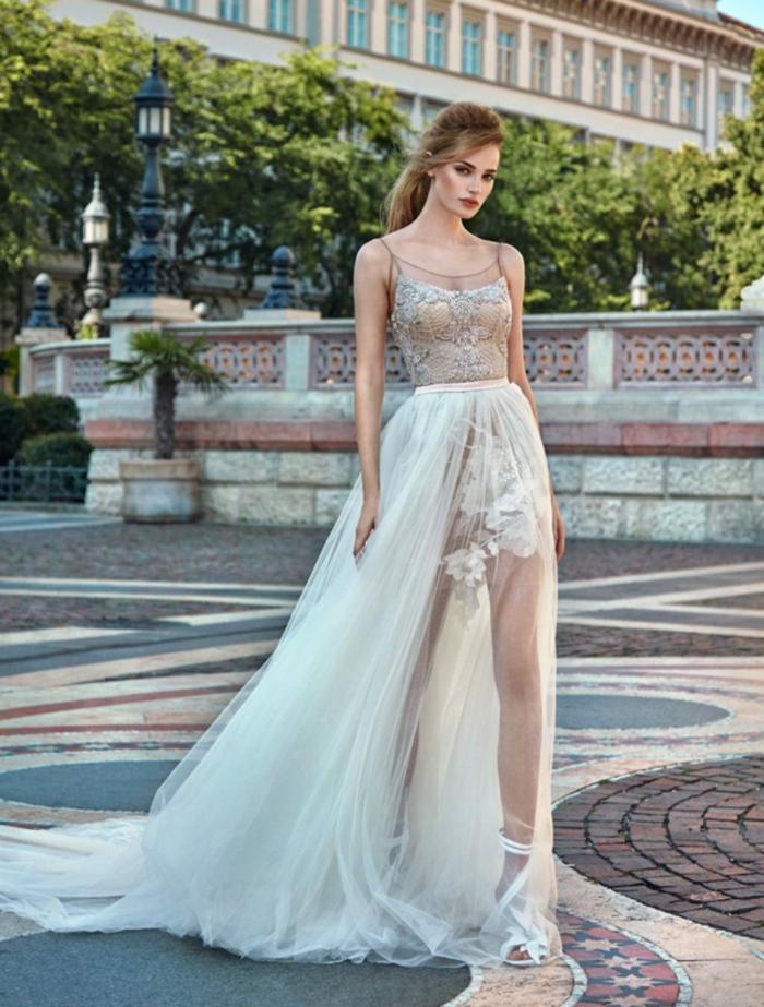 ideas de vestidos de novia princesa con encaje, falda amplia de visillo y parte superior delicada en beige con correas finas