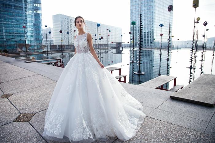 modelos modernos de vestidos de novia princesa, falda larga y amplia con aplique de flores y parte superior de encaje