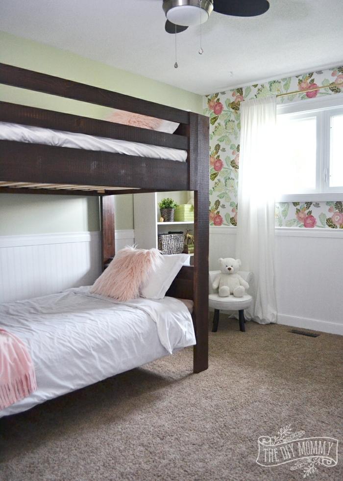 ideas de habitaciones e niñas, paredes en verde con papel pintado con motivos florales, camas de madera y suelo de moqueta