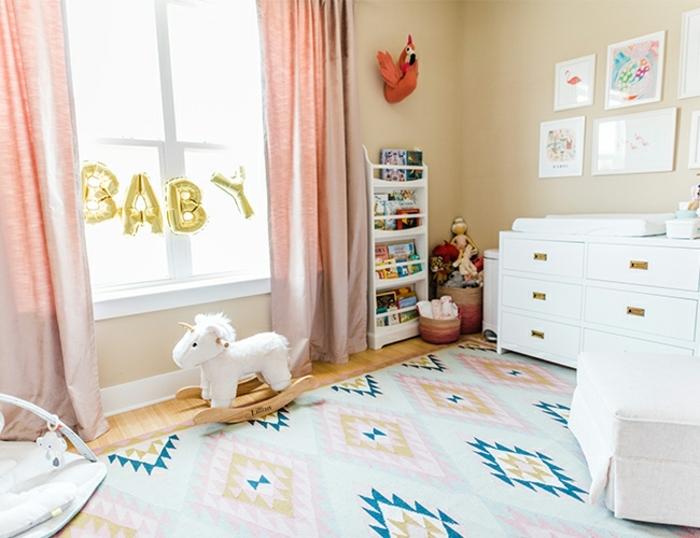 diseño de encanto de un dormitorio en colores pastel, decoracion habitacion bebe, cortinas en rosado, alfombra en rombos en rosado, verde y azul y paredes en beige