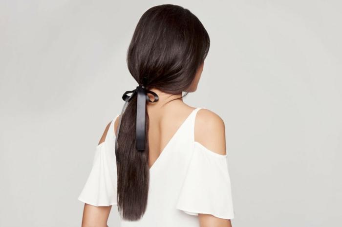 preciosa propuesta con pelo largo recogido en cola baja con una cinta,, peinados faciles pelo largo tendencias