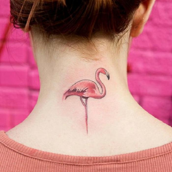 precioso flamenco pequeño tatuado en el cuello, tendencias 2018 en los tatuajes, tatuajes detras de la oreja