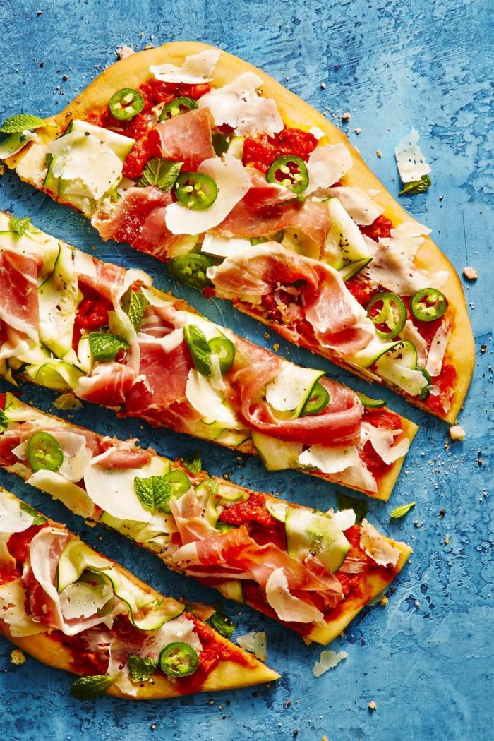 comidas rapidas y faciles para preparar en verano, pizza con jamón, pimiento verde, queso y salsa de tomates