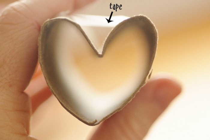 como hacer un sello en forma de corazon de un tubo de cartón paso a paso, ideas de manualidades con rollos de papel higienico