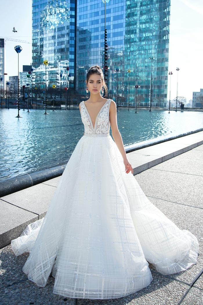 preciosa propuesta vestidos de novia princesa, parte superior de encaje con escote en V, falda amplia de tul
