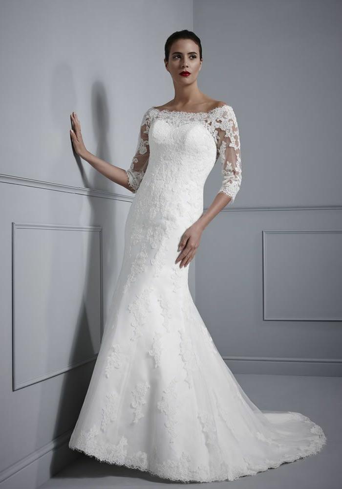 diseño sencillo de encaje con mangas semitransparentes y escote barco, tendencias 2018 vestidos de novia princesa