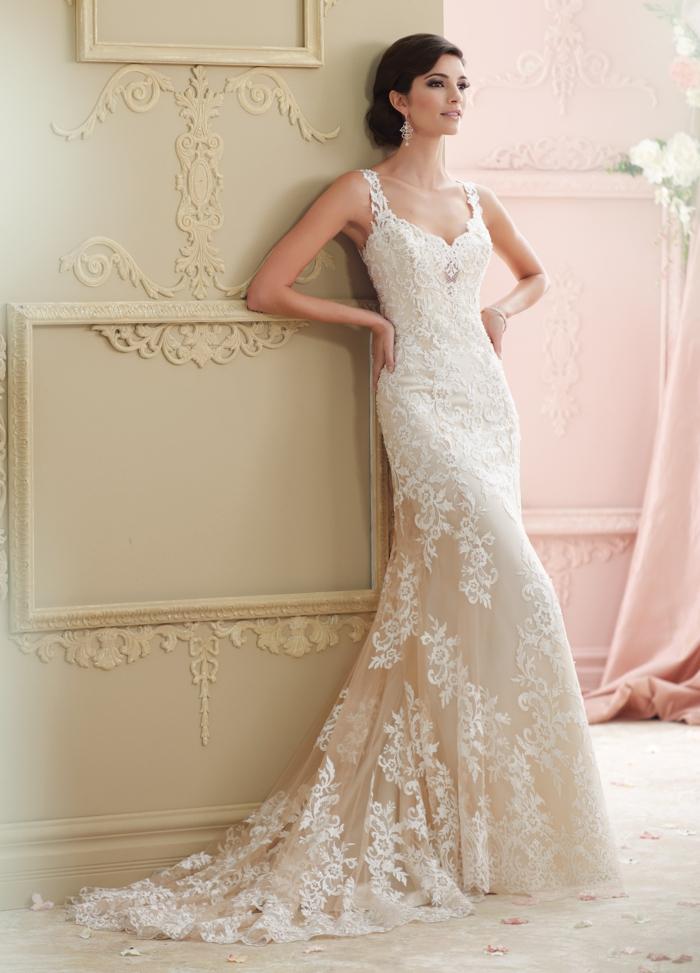 preciosa propuesta en beige con apliques de flores en blanco, vestidos de novia princesa bonitos y modernos