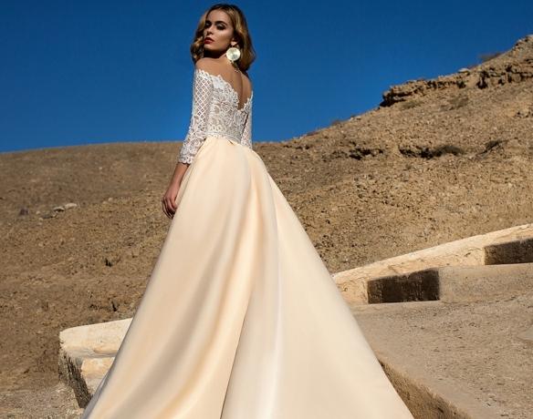 variante alucinante de vestidos de novia princesa, amplia falda con larga cola en color crema con parte superior de encaje en blanco