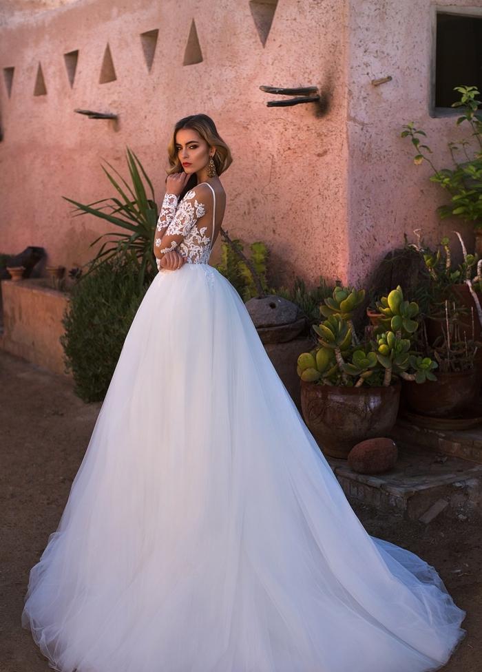 vestidos de novia princesa en blanco, amplia y larga falda de tul en blanco, parte superior de encaje con espalda descubierta