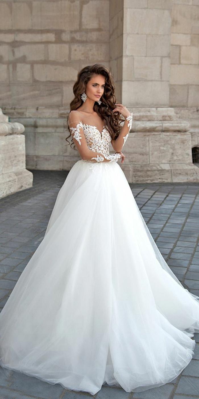 vestido corte princesa, larga falda de tul y parte superior con bordado en tul motivos florales, ejemplo vestido novia informal