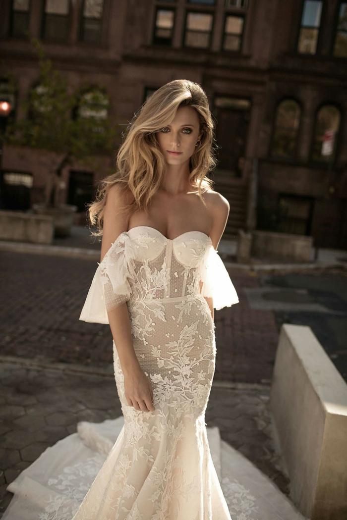 vestido en color marfil con escote descubierto y mangas caídas, ideas de vestidos de novia con encaje, bonito corte sirena