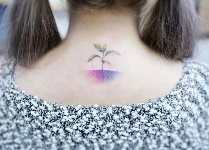 tatuajes nuca mujer, precioso dibujo en acuarela con significado, tierra en lila y rosado con pequeña planta