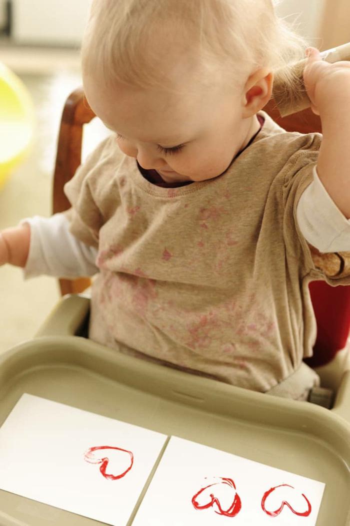 ideas para niños, manualidades con rollos de papel higienico paso a paso, como hacer un sello en forma de corazon de tubo de cartón