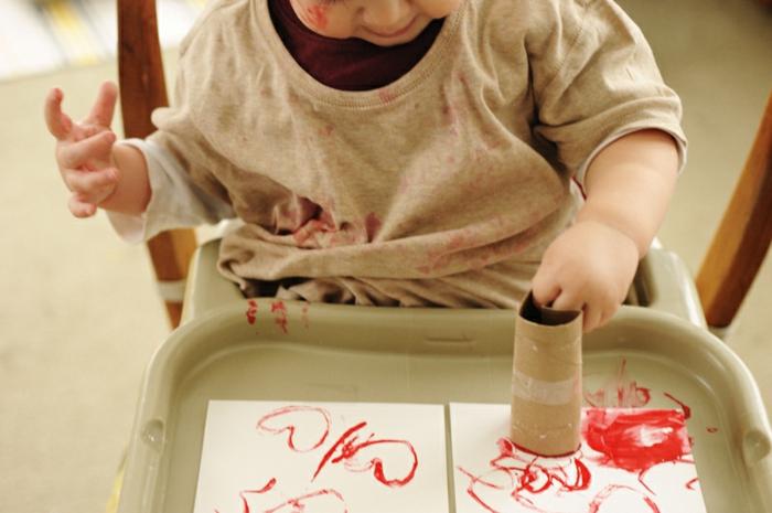 manualidades para niños y adultos, sellos de tubos de cartón en forma de corazón, ideas manualidades con rollos de papel higienico