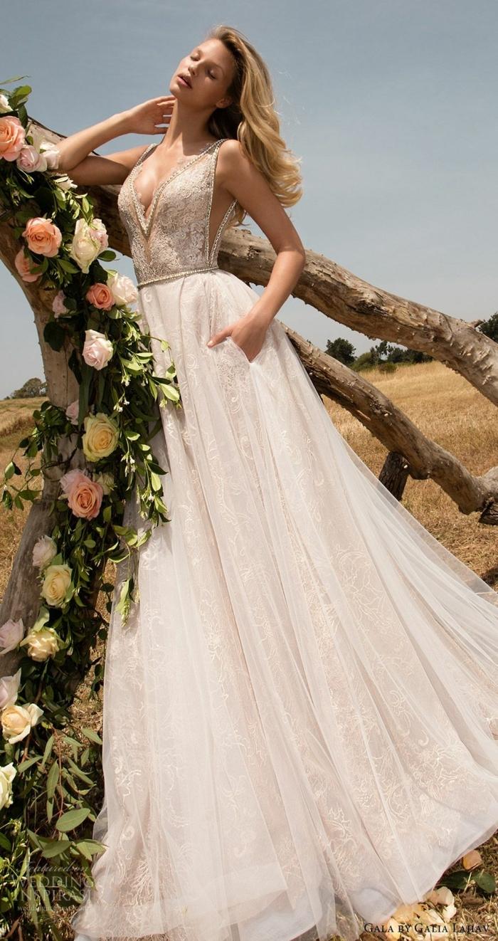 precioso diseño vestidos de novia princesa en color crema y beige, parte superior con grande escote, falda de visillo y encaje