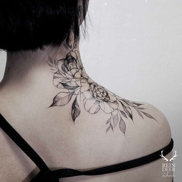 grande tatuaje en el hombro y la nuca con motivos florales, tatuajes nuca mujer femeninos 2018