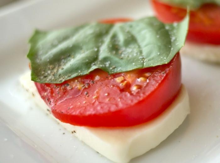 ensalada rica y super fácil de hacer, trozo de mozarrella con alabahacas y tomate, comidas rapidas y faciles paso a paso