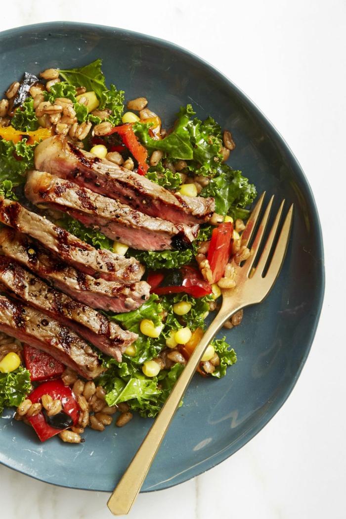 carne de ternera con salsa de barbacoa y ensalada verde con cereales, maiz y pimientos rojos, bonitas propuestas comidas rapidas y faciles