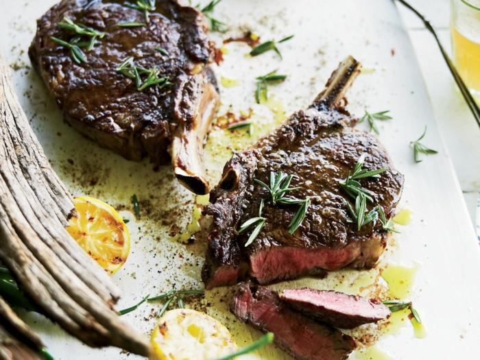 carne de ternera hecho en el horno con romero y limones, cocina de verano rica y fácil de hacer