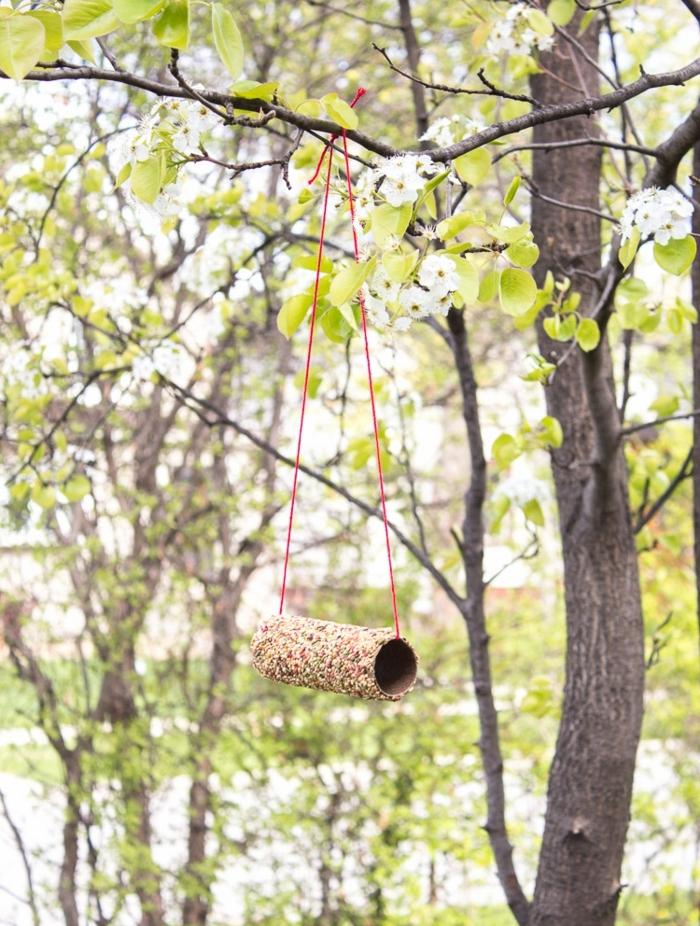 ideas de manualidades con tubos de carton, casa comedor de pájaros DIY hecha de rollos de papel higiénico, proyectos DIY con reciclaje