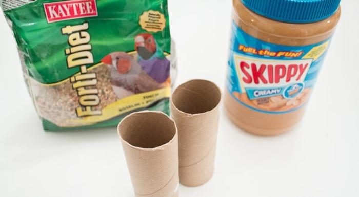 materiales necesarios para hacer casas comedores de pajaros, comida de pajaros, tubos de carton, mantequilla de maní, manualidades con tubos de carton