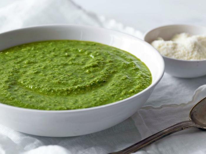 sopa verde de brócoli adornada de queso parmesano, comidas rapidas y faciles para hacer en verano