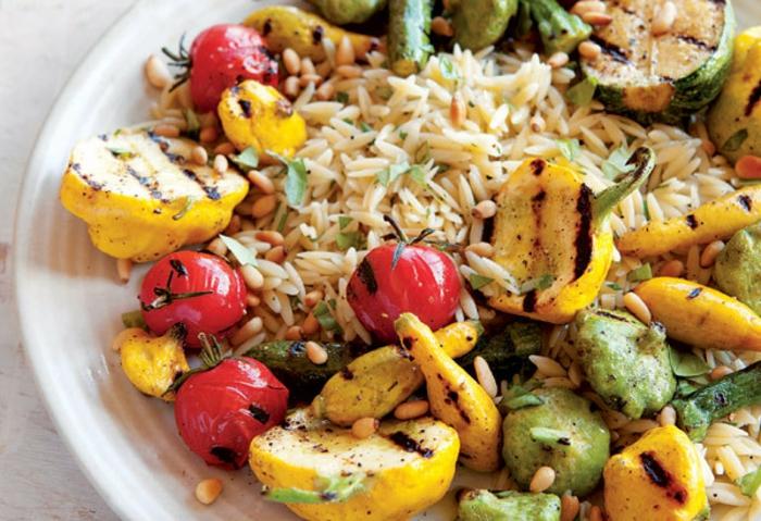 arroz cocido con legumbres, ideas comidas rapidas y faciles para el verano, patatas y tomates a la parilla