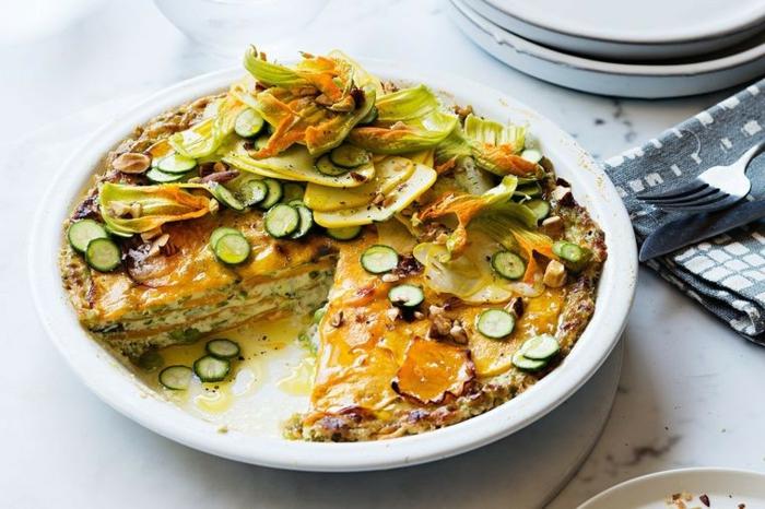 lasagna vegetal con quesos, calabacines pequeños y huevos, cenas ricas para hacer en casa en verano