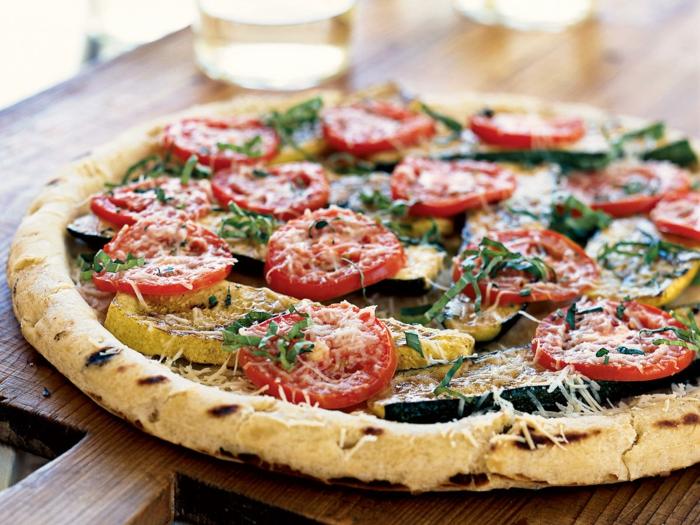 comidas ricas y ligeras, pizza con legumbres y parmesano, cenas ricas para una dieta equilibrada