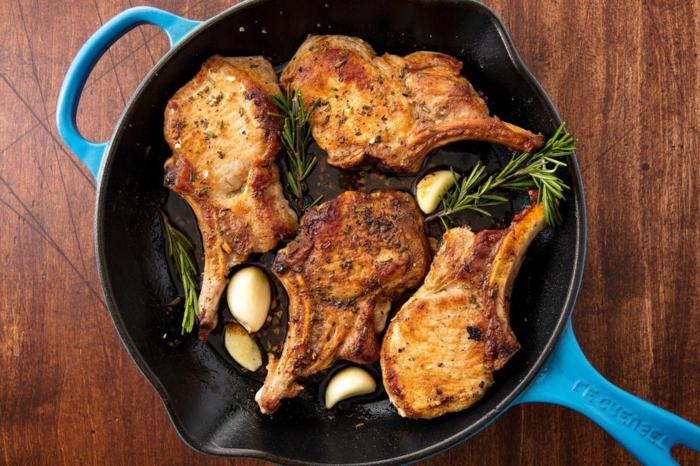 ricas chuletas de cerdo con marinada de dientes de ajos enteros y hojas de romero, recetas fáciles y rápidas para cenar
