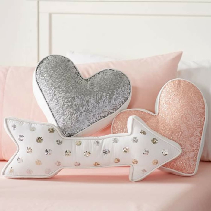 pequeños detalles para la decoracion habitacion bebe, cojines en colores pastel en forma de corazones