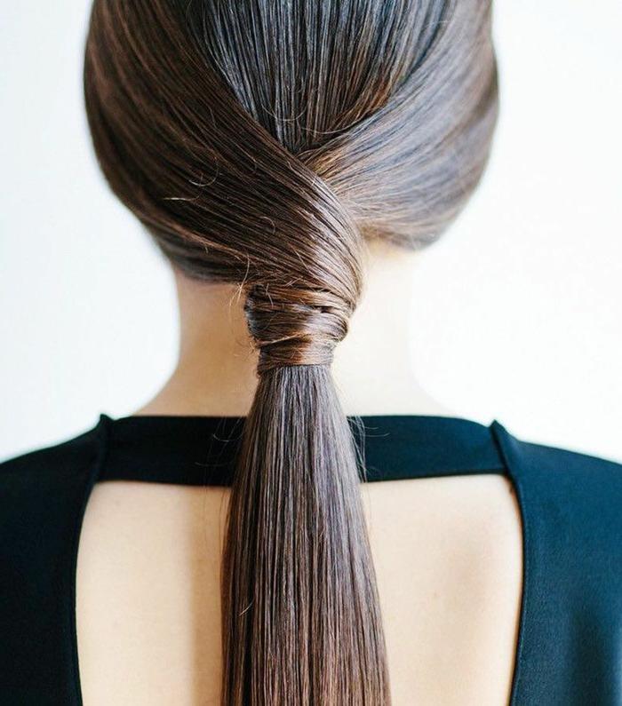 ejemplos de peinados faciles y rapidos para pelo largo, cabello alisado castaño recogido en cola baja