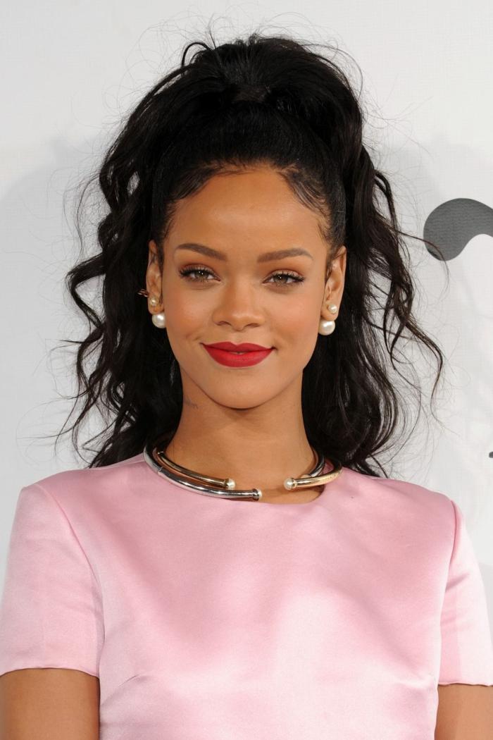 Rihanna con coleta alta pelo negro ondulado, preciosa propuesta de peinado para ocasiones oficiales